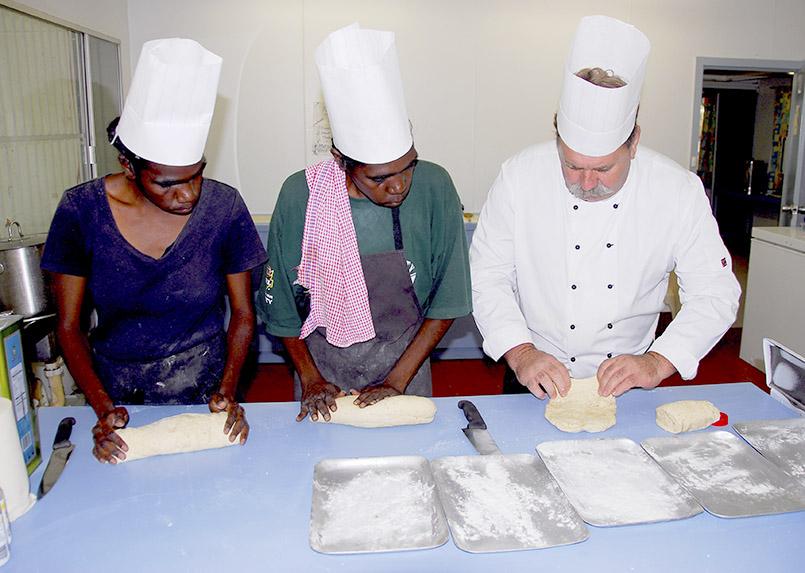 Daly River/Aborigines-Gemeinde Nauiyu: An der St. Xavier School bildet Steve Sunk (54) junge Aborigines zu Köchen aus.