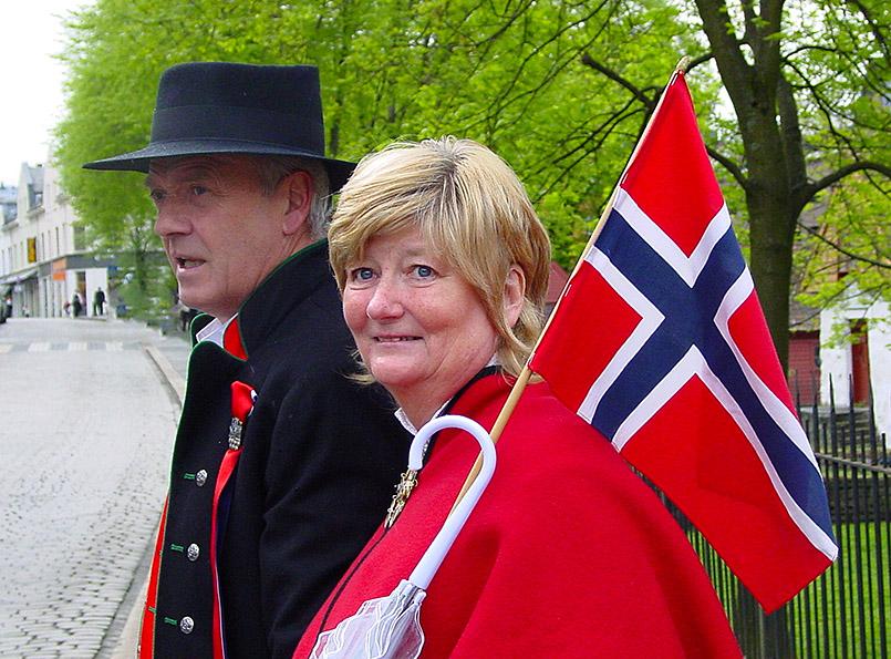 Ein Paar in Tracht am Nationalfeiertag 17. Mai.