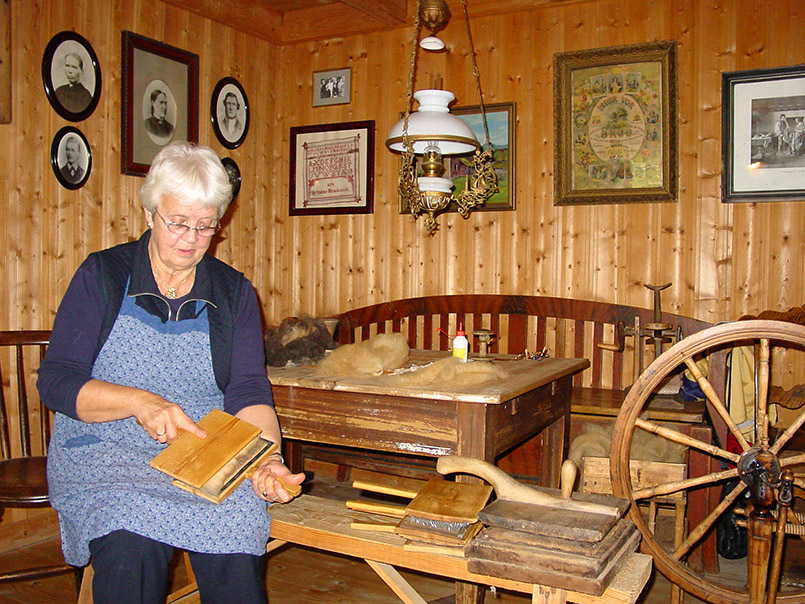 Sunnmøre/Ørsta/ Museumshof Brudevolltunet: Familientag. Hier: Borghild Brungat beim Kämmen der Schafwolle.