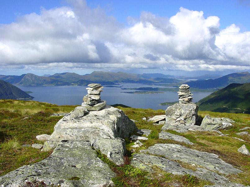 Sunnmøre/Ørsta:Blick vom Helgehornet (623m) gen Norden zum Vartsdalesfjorden. Im Vorderturm kleine Türme, entstanden aus Steinen, die Wanderer beim Besuch aufeinander legten.