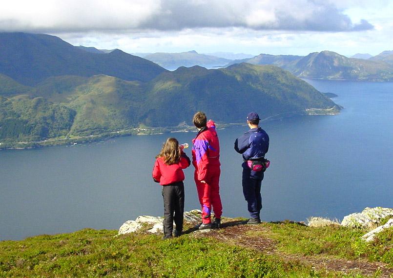 Sunnmøre/Ørsta: Familie blickt vom Helgehornet (623m) gen Norden zum Vartsdalesfjorden.
