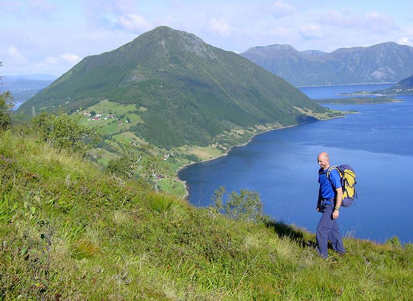 Sunnmøre/Ørsta:Wanderung von Sollidalen (270m) auf den Helgehornet (623m). Im Bild: Bergführer Christer Lundberg Nes (35/2003). Im Hintergrund: der Ørstafjorden.