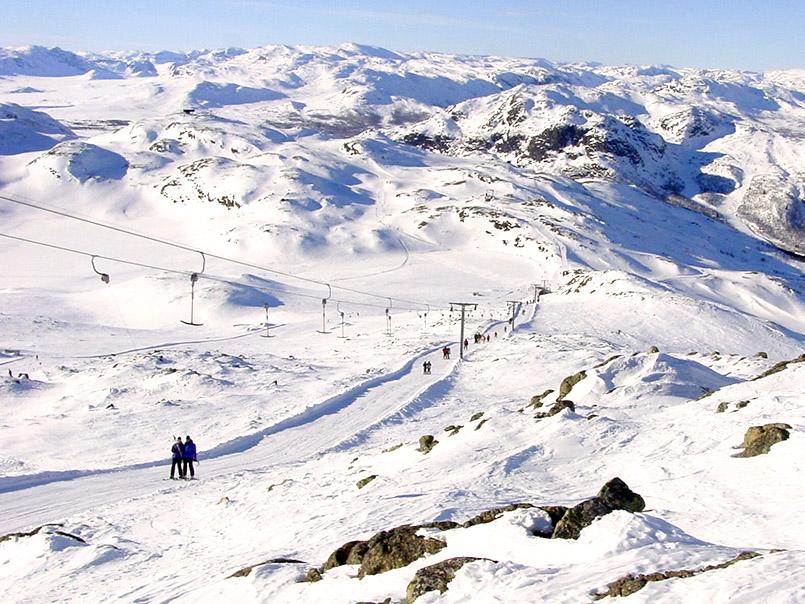 Hemsedal: Blick vom Totten (1.497 Meter) auf Totten-Schlepplift und Fjellgebiet.