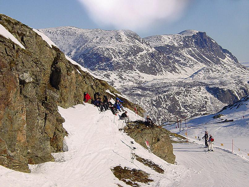 Hemsedal: Mittagspcknick in der Sonne mit Blick auf das Tal von Hemsedal.