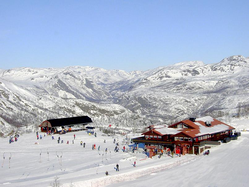 /Hemsedal: Bergstation des Hollvinheisen-Liftes(l.) mit Bergrestaurant (r.) am Schlepplift Fjellheis.