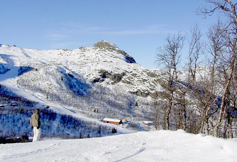 Hemsedal: Blickvon der roten Piste Nr. 10 auf den Rogjin-Gipfel und die Lift-/Servicestationen im Tal.