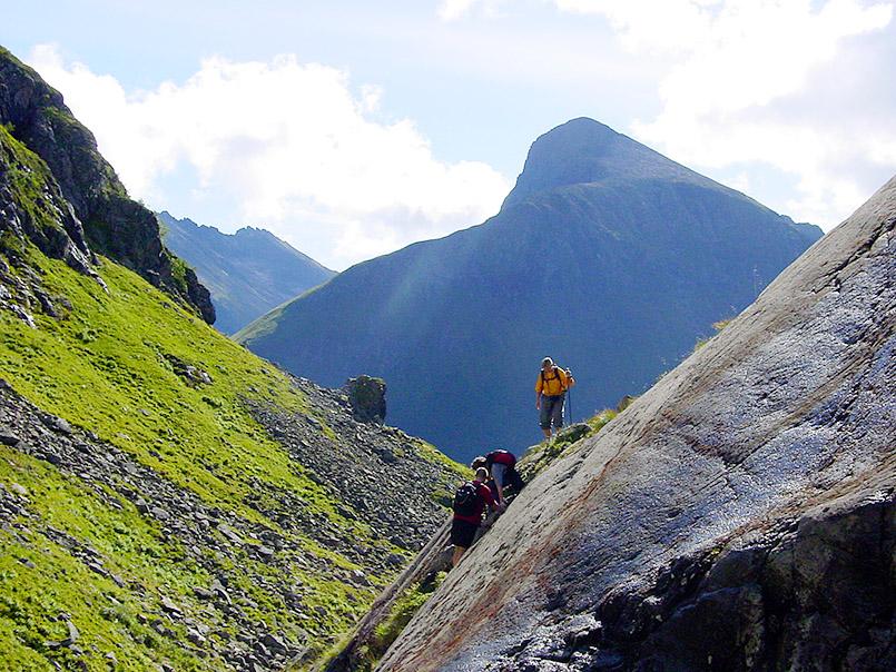 Sunnmøre/Kvanndalen. Wanderung zur Standalssetra, Almgelände unterhalb der Bergspitze Kolåstinden ( 1.432m).