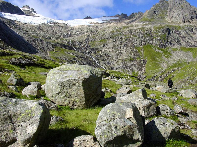 Sunnmøre/Kvanndalen. Wanderung zur Standalssetra, Almgelände unterhalb der Bergspitze Kolåstinden ( 1.432m). Im Hintergrund der Kolåsbreen-Gletscher.