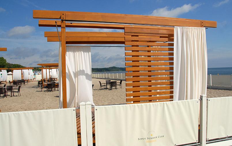 "opot: Grand Hotel, Privatstrand mit Badekabinen des ""Sopot Summer Club"""
