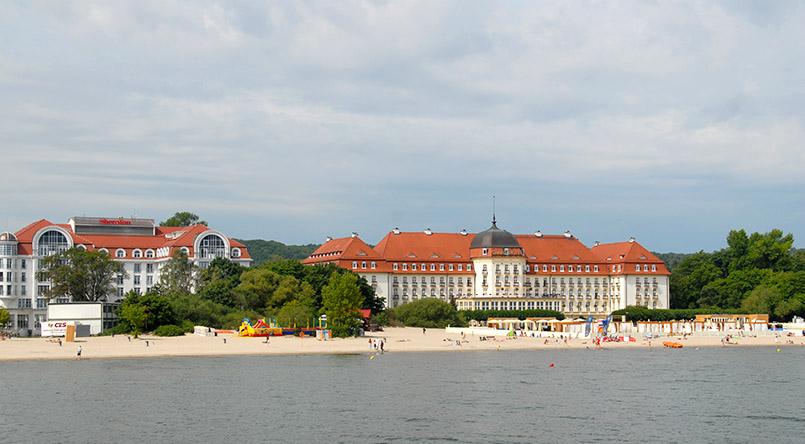 Sopot (Zoppot): Nordstrand mit dem Grand Hotel (r.) und dem Sheraton-Hotel (l.)