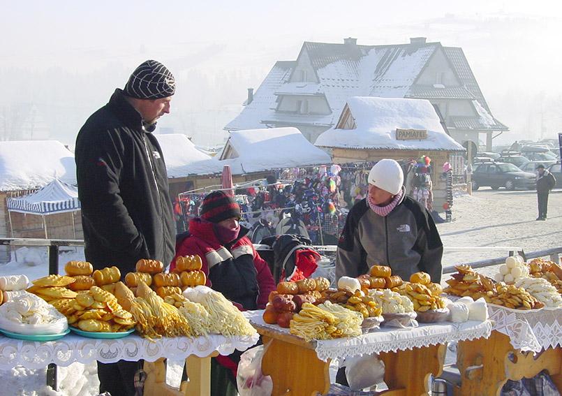 An den Talstationen der Skiorte der Hohen Tatra sind öfters auch Markthändler zu finden - in Białka Tatrzańska verkaufen sie Räucherkäse.