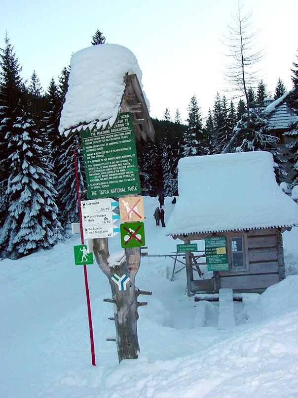 Kasprowy Wierch (1987 m): Wanderwegweiser bei Kuznice.