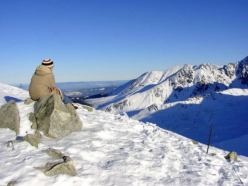 Kasprowy Wierch (1987 m): Auf dem Gipfel mit Wetterstation und Nebelglocke verläuft die Grenze zwischen Polen und der Slowakei. Hinab ins Tal führt eine 7 km lange Abfahrt.