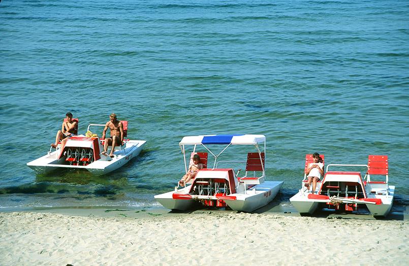 tretboote am Strand von Rauschen im einstigen Ostpreußen, heute Oblast Kaliningrad