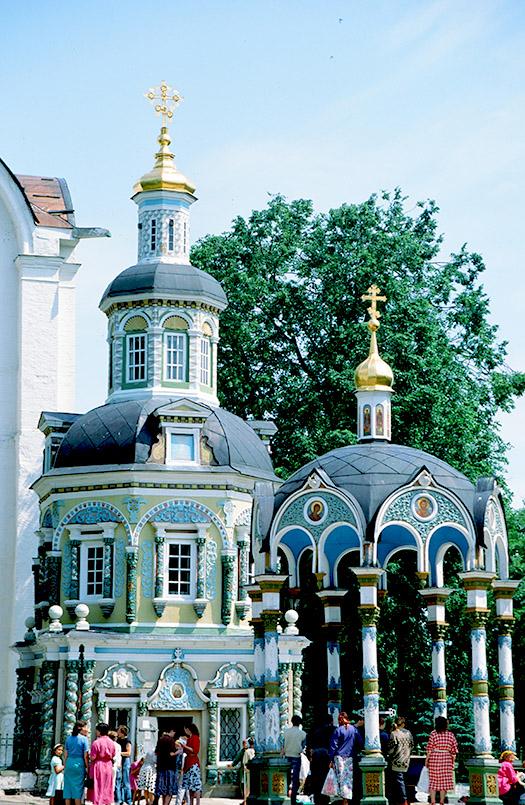 Sagorsk: Ziborium und Brunnenkapelle