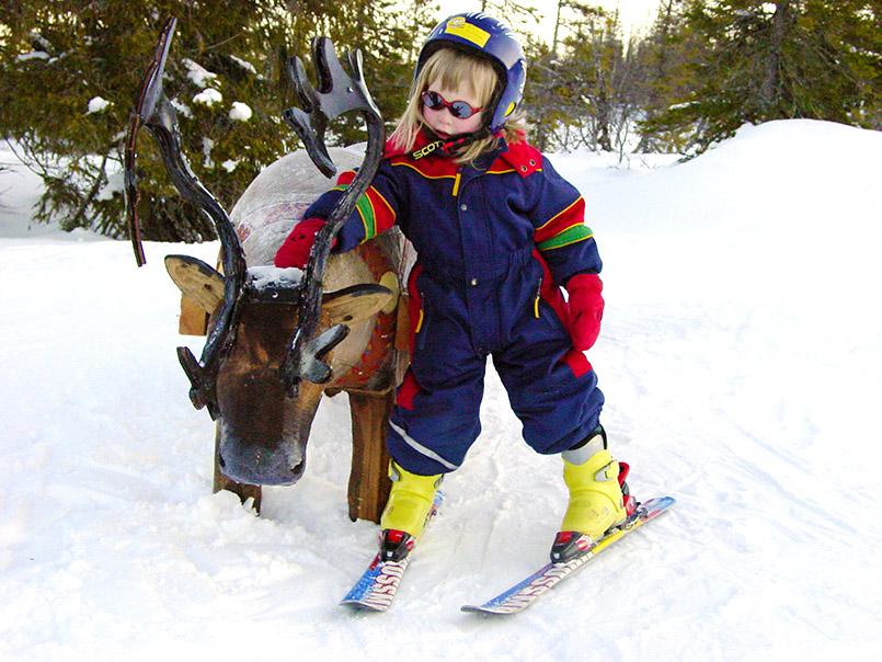 Björnlandet-Kinderslalompiste; Bärenfigur an der Piste.