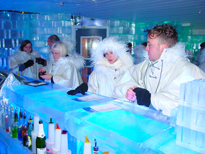 tockholm/Nordic Sea Hotel: In der Ice Bar ist alles aus Eis - selbst die Trinkgläser, in denen Wodka-Cocktails serviert werden. Poncho wärmen bei konstant minus sechs Grad Celsius die Besucher.