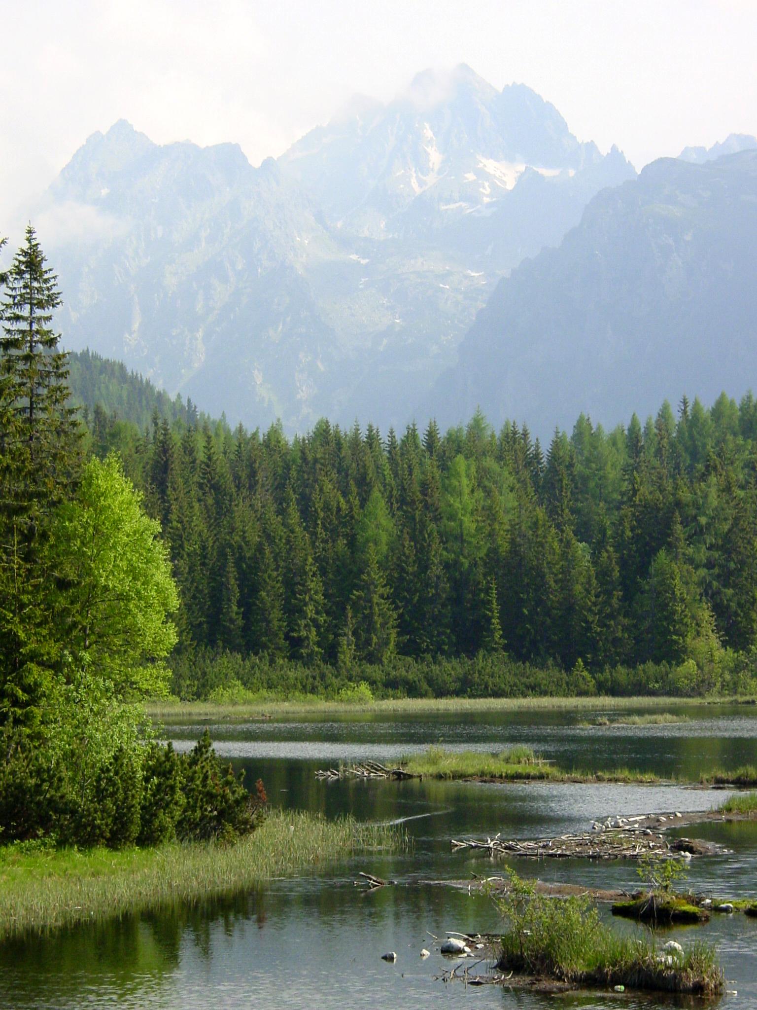 Hohe Tatra/Strbske Pleso: See von Strybske Pleso vor den mehr als 2.400 Metern hohen Gipfeln der Hohen Tatra.