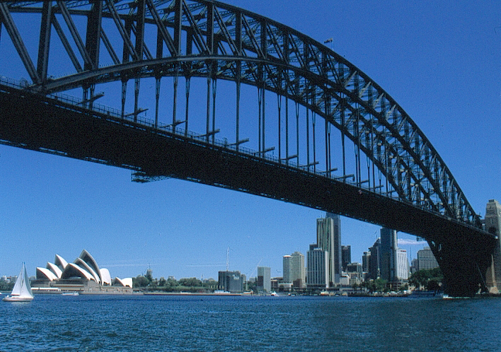 Sydney: Blick auf die Skyline des Central Business District mit Harbour Bridge.