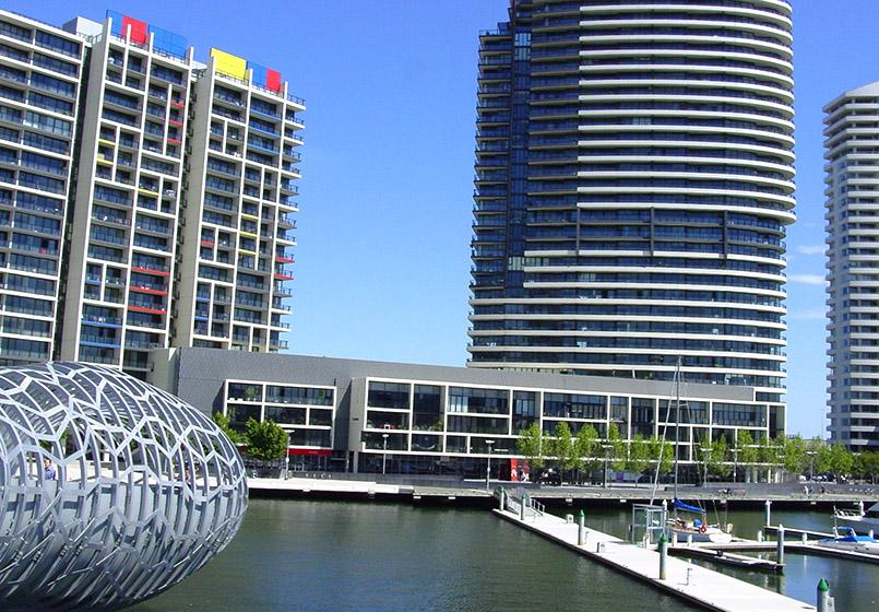 Die Webb Bridge in den Melbourne Docklands und neue Wohnbauten des Victoria Harbour