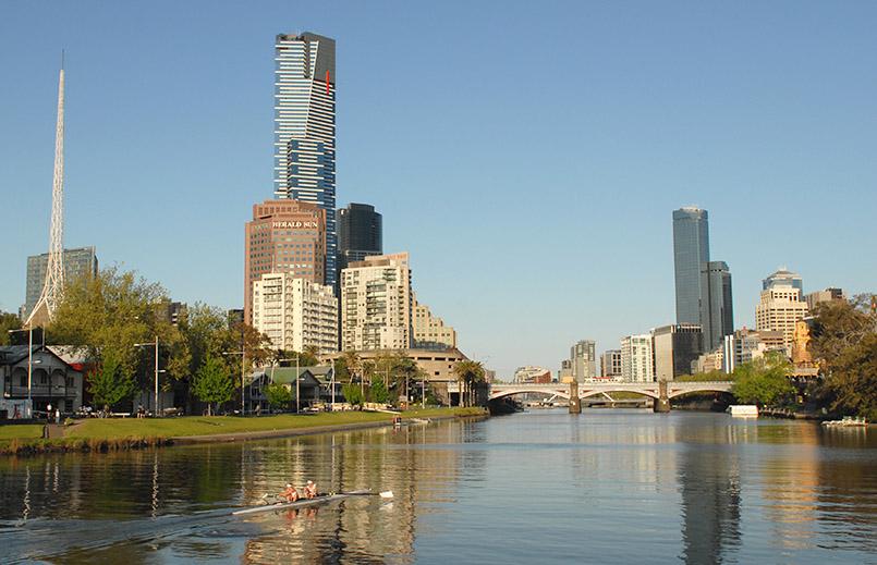Melbourne: Southbank mit Eureka Tower und Nadel vom Victoria Arts Centre sowie CBD (r.)