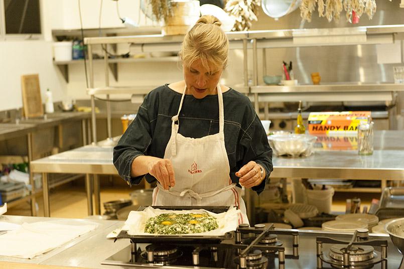 Sophie Zalokar führt bei Cooking Classes die Zubereitung von Gerichten mit Produkten der Region vor.