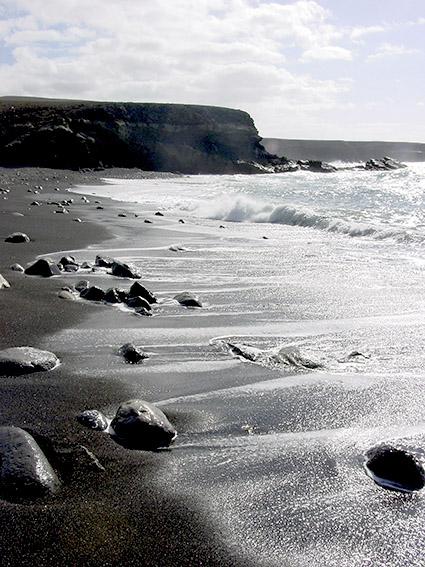 E/Kanaren/Fuerteventura/Betancuria/Ajuy: schwarzer Lavastrand mit Klippenküste.