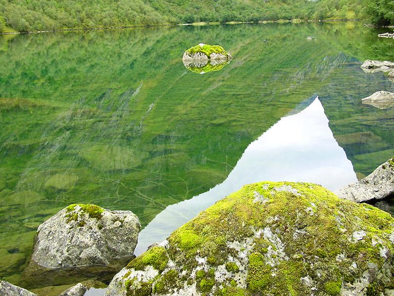 Sunnmøre/Norangsdalen: Lyngstølsvatnet. Der Bergsee entstadt durch eine Steinlawine, die einen Fluss aufstaute und ein Dorf unter sich begrub (1968).
