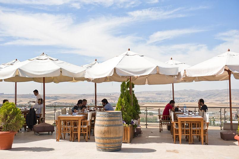 Zum anatolischen Weingut Kavaklıdere gehört ein Restaurant