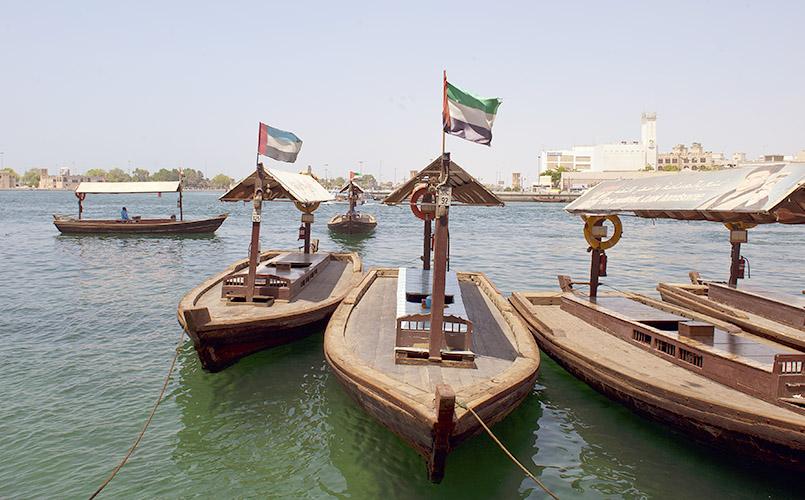 Traditionelle Fähren auf dem Dubai River