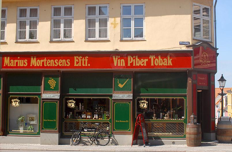 Ein altes Spirituosen- und Pfeifengeschäft in der Langgade von Nykøbing Falster