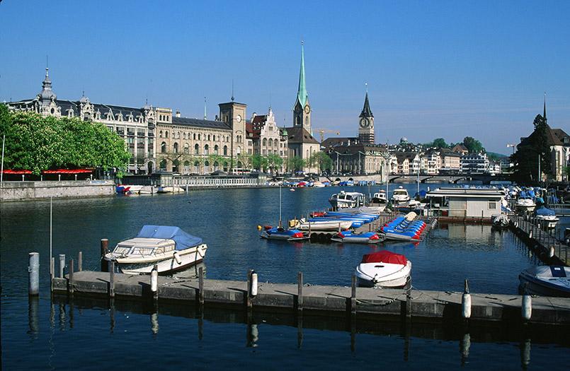 Zürich: Limmatufer mit Fraumünster und St. Peter