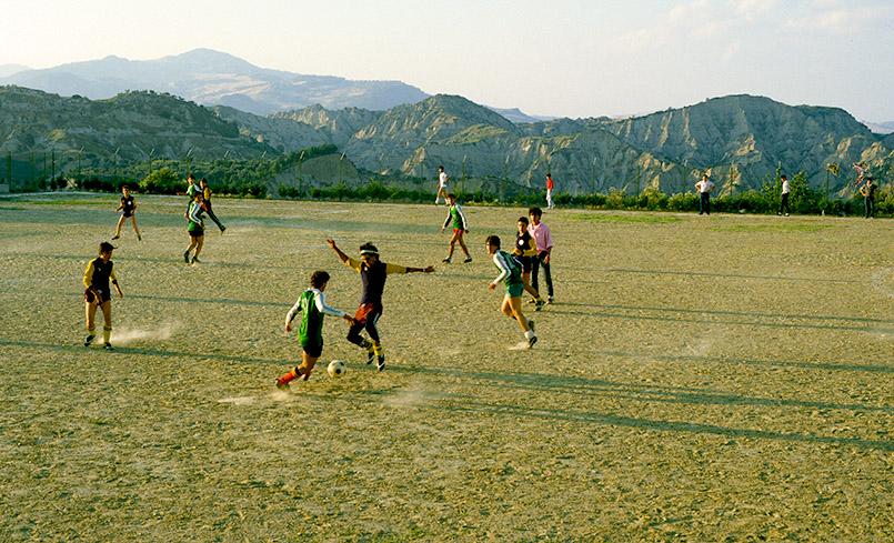 Fußball spielende Jungen in Aliano in der Basilikata