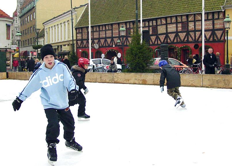Malmö: winterliches Eislaufen am Lilla Torg